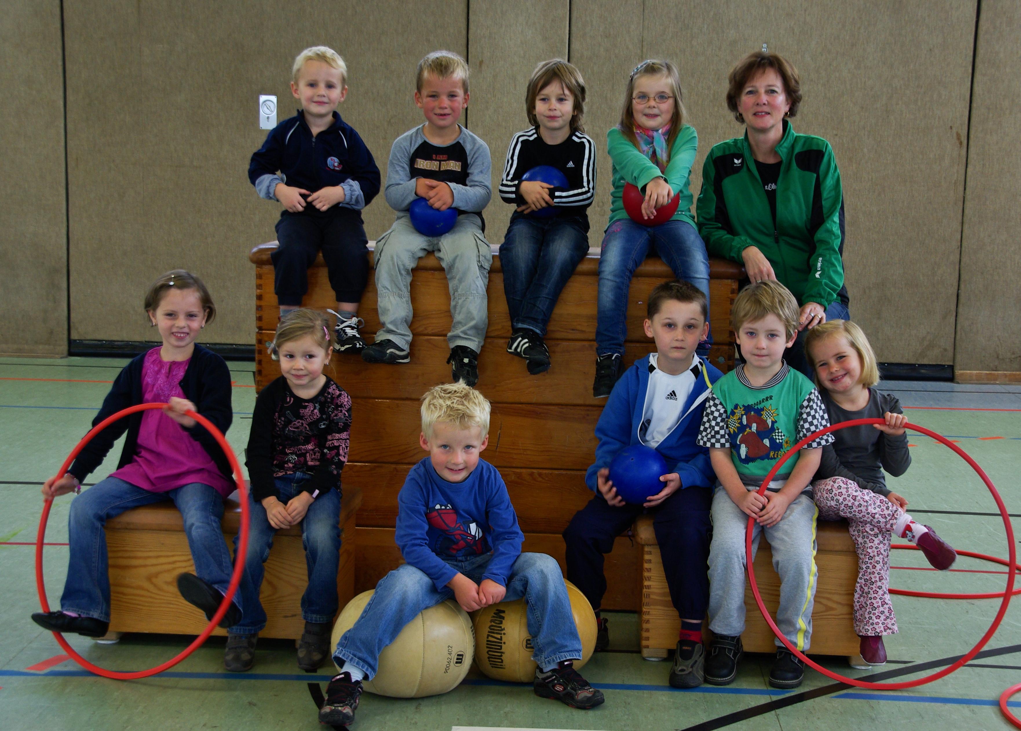 Gruppe Kinderturnen mit Trainerin -0278